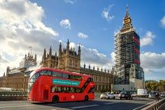 Sikt från den Westminster bron på ett material till byggnadsställningtorn runt om Elizabeth som är bekant som Big Ben Royaltyfria Foton