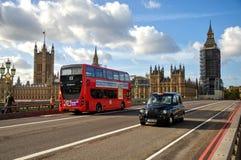 Sikt från den Westminster bron på ett material till byggnadsställningtorn runt om Elizabeth som är bekant som Big Ben Royaltyfri Bild