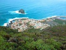 Sikt från det avlägsna havet och en liten by royaltyfri bild