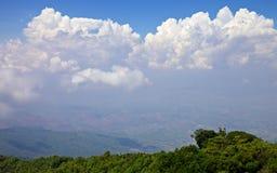 Sikt från det högsta berget i Thailand i den Doi Inthanon nationalparken Fotografering för Bildbyråer