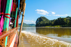 Sikt från det långsamma fartyget till Luang Prabang, Laos längs Mekongen Fotografering för Bildbyråer