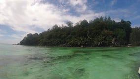 Sikt från det lilla fartyget under ankomst på moyenneön Seychellerna arkivfilmer