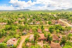 Sikt från det Manaca Iznaga tornet till det omgeende landskapet med formen Arkivfoton