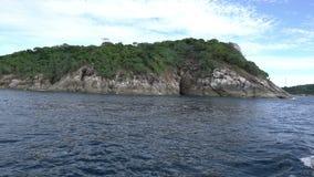 Sikt från det rörande fartyget på den tropiska ön arkivfilmer