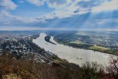 Sikt från Drachenfels in i den Rhein dalen med livlig himmel och solstrålar som igenom bryter Royaltyfri Foto