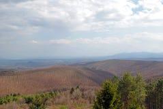 Sikt från en bergstopp på ett vårlandskap Royaltyfri Bild