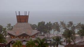 Sikt från en Cancun semesterort som ut ser på havet, som en tropisk storm uthärdar ner på området arkivfilmer