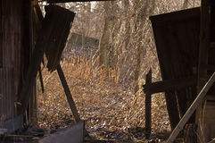 Sikt från en förstörd häststall arkivfoton