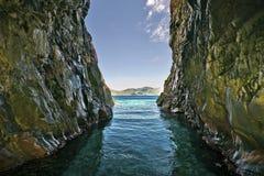 Sikt från en grotta i Scandola naturreserv i Korsika Royaltyfri Bild