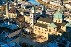Sikt från en hög poäng till den historiska staden av Salzburg En stad i västra Österrike, huvudstaden av förbundsstaten av Arkivfoton