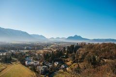 Sikt från en hög poäng till den historiska staden av Salzburg En stad i västra Österrike, huvudstaden av förbundsstaten av Arkivfoto