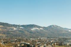 Sikt från en hög poäng till den historiska staden av Salzburg En stad i västra Österrike, huvudstaden av förbundsstaten av Arkivbild