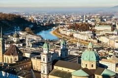 Sikt från en hög poäng till den historiska staden av Salzburg En stad i västra Österrike, huvudstaden av förbundsstaten av Arkivbilder