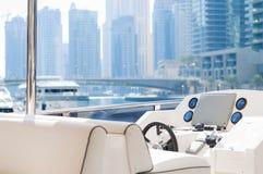 Sikt från en lyxig yacht över marinaområde i Dubai fotografering för bildbyråer