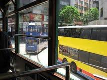 Sikt från en spårvagn på den upptagna huvudsakliga gatan i centrala Hong Kong arkivbilder