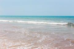 Sikt från en tropisk sandig strand på havsturkos med klar wat Royaltyfri Fotografi