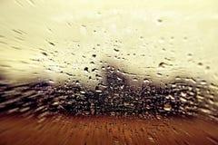 Sikt från ett bilfönster under regn Arkivfoto