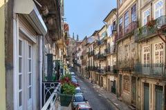 Sikt från ett fönster i ett av Porto ` äldst och traditionell neig för s Royaltyfri Foto