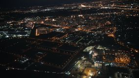 Sikt från ett flygplan ut fönstret av staden Nattljus stock video