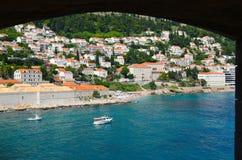 Sikt från ett forntida fönster av havet av Dubrovnik, Kroatien Royaltyfria Foton