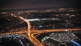 Sikt från ett landa flygplan ut fönstret av staden stock video