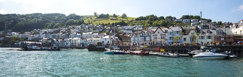 Sikt från ett nöjefartyg som kryssar omkring på pilfloden, på Dartmouth i Devon, England arkivfoton