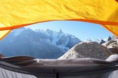 Sikt från ett tält på bergen Royaltyfri Bild