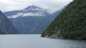 Sikt från färjan på fjorden i Norge arkivfilmer