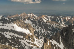 Sikt från fågelperspektivet av bergen! Arkivfoto