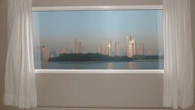 Sikt från fönsterskyskrapor i stad på havskust och fåglar i himmel Bakgrundsplatta, nyckel- video bakgrund för Chroma arkivfilmer