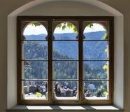 Sikt från fönstret av Bled slotten Royaltyfri Bild