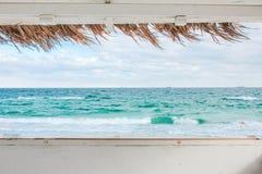 Sikt från fönstret av bungalowen på havslandskapet royaltyfri bild