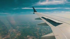 Sikt från fönstret av en Jet Plane på det Bangkok stadslandskapet stock video