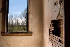 Sikt från fönstret av ett övergett hus Fotografering för Bildbyråer