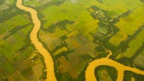 Sikt från fönstret av ett flygplan på Mekonget River vietnam royaltyfria foton