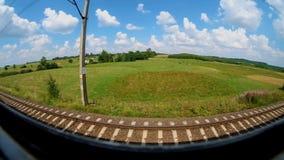 Sikt från fönstret av ett rörande drev på en solig sommardag Sned boll metar arkivfilmer