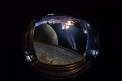 Sikt från fönstret av rymdskeppet på de främmande världarna, Jupiter och dess måne Europa Ð-¡ oncept av mänsklig utforskning av r arkivbild