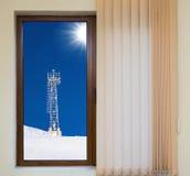 Sikt från fönstret med rullgardiner arkivfoto