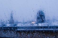 Sikt från fönstret på ett vått vinterlandskap Våt snö och vita tak arkivfoton