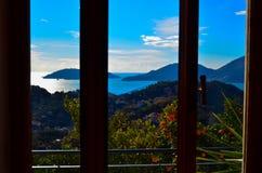 Sikt från fönstret på havet och bergen Italien Royaltyfri Foto