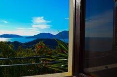 Sikt från fönstret på havet och bergen Italien Arkivfoto