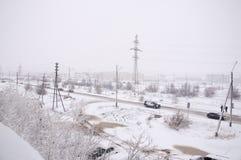Sikt från fönstret till den industial gatan i den frosry morgonen för vinter norr Fotografering för Bildbyråer