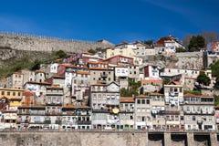 Sikt från floden av fascadesna av Porto Royaltyfri Bild