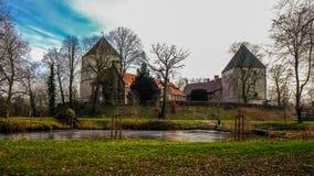 Sikt från floden på Schloss Rheda - Rheda-Wiedenbrà ¼ ck, Kreis Gà ¼tersloh, Nordrheinwestfalen, Deutschland/Tyskland Royaltyfria Foton