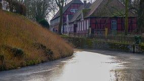 Sikt från floden på Schloss Rheda - Rheda-Wiedenbrà ¼ ck, Kreis Gà ¼tersloh, Nordrheinwestfalen, Deutschland/Tyskland Fotografering för Bildbyråer