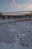 Sikt från flodstranden på vägbron Solnedgång ett härligt Arkivfoton