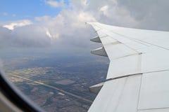 Sikt från flygplanet över Toronto Arkivfoto
