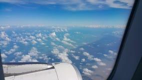 Sikt från flygplanfönster, bästa sikt från flygplanet, moln på himlen och sikt från flygplanfönster Arkivbild