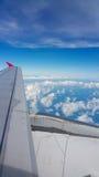 Sikt från flygplanfönster, bästa sikt från flygplanet, moln på himlen och sikt från flygplanfönster Fotografering för Bildbyråer
