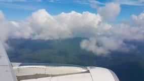 Sikt från flygplanfönster, bästa sikt från flygplanet, moln på himlen och sikt från flygplanfönster Arkivfoto